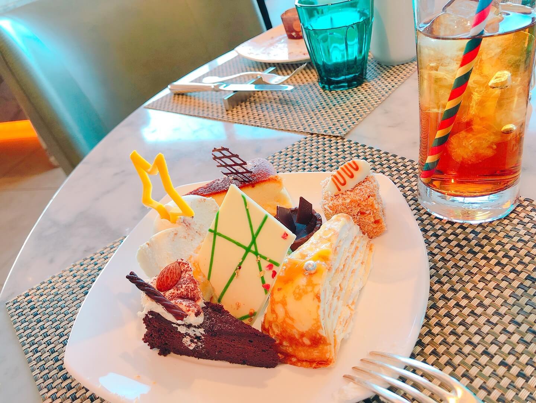 ヒルトンお台場スイーツビュッフェケーキ盛りの写真