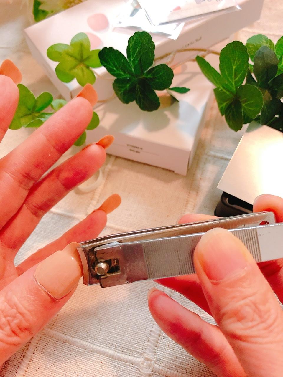 オホーラジェルネイルストリップを装着後、爪切りで調整している写真