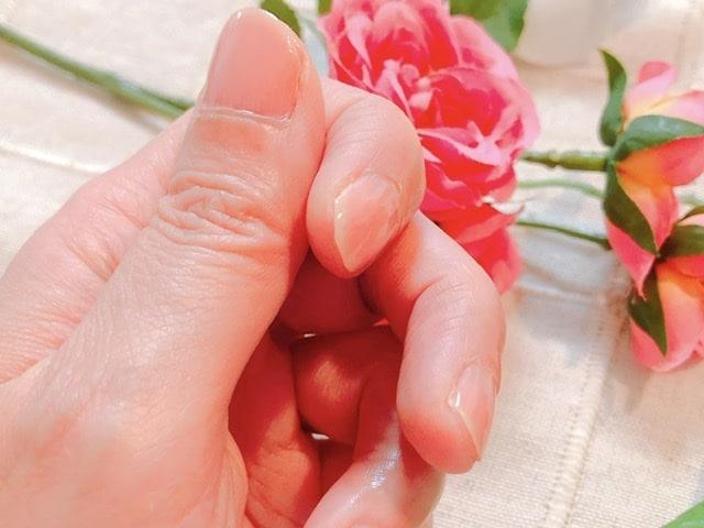 ネイルコンシーラーを塗った親指の写真