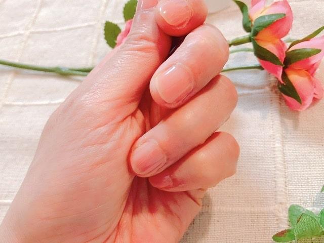 ネイルコンシーラーを指に塗った写真
