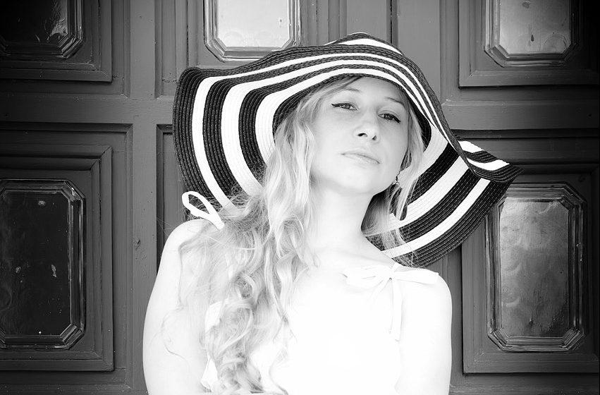 白黒のマダムの写真