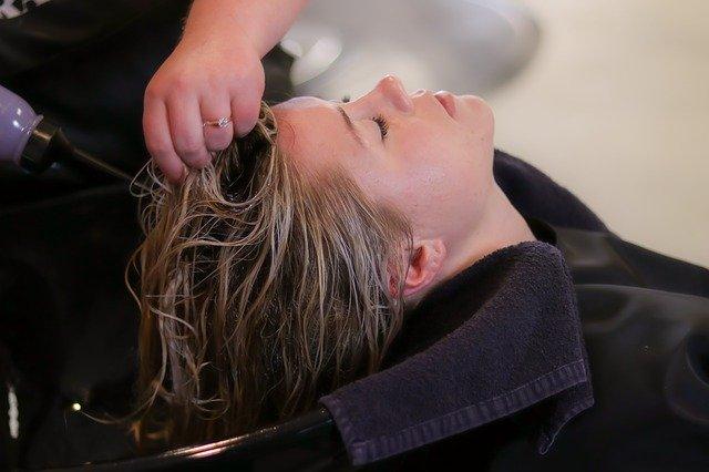 女性が頭皮ケアをしている写真