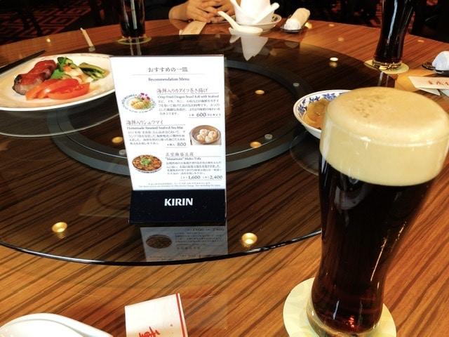 重慶飯店で飲むビールの写真