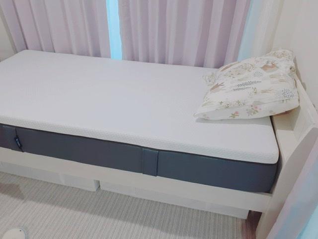 エマスリープをベッドにセットした写真