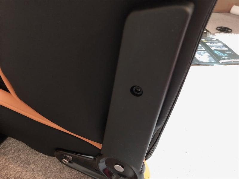 AKレーシングゲーミングチェア座面取り付け後、カバーを付けた写真